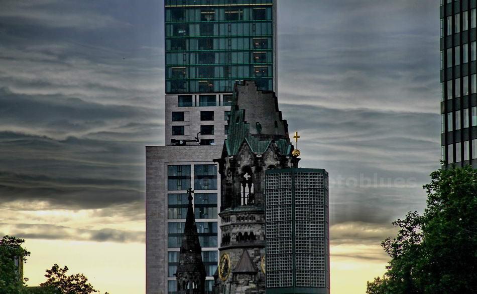 RUINE DER GEDÄCHNISKIRCH VOR HOTEL WALLDORF-ASORIA - BERLIN-CHARLOTTENBURG