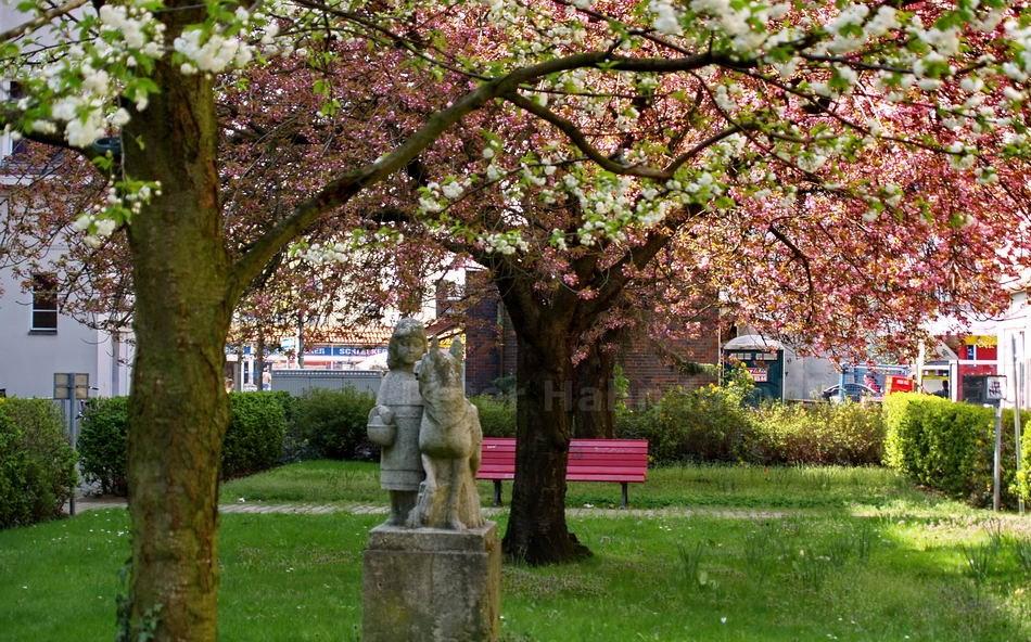 ROTKÄPPCHEN DENKMAL IN DER WILHELMSTADT - BERLIN-SPANDAU