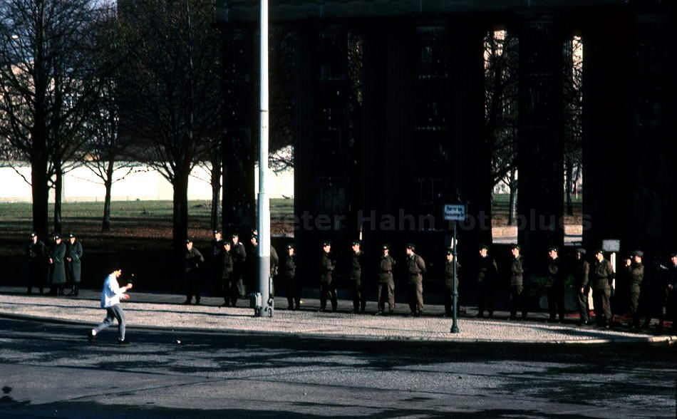 10.NOVEMBER 1989 - BERLIN - AM BRANDENBURGER TOR