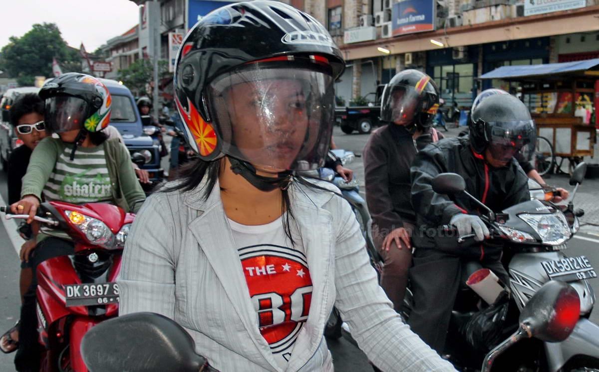 MOPEDFAHRER - DENPASAR - BALI - INDONESIEN-INDONESIA