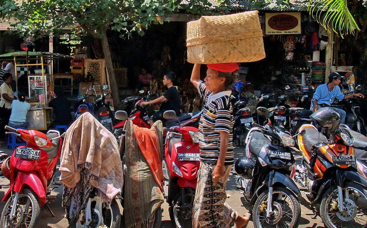 LASTENTRÄGERIN - SUKAWATI - BALI - INDONESIEN-INDONESIA