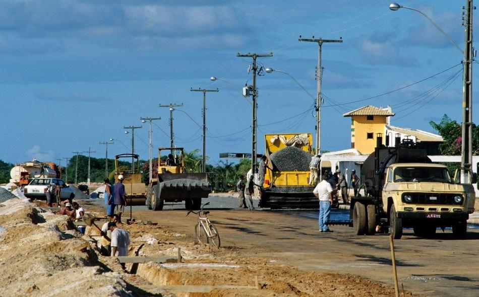 GUARAJUBA - BAHIA - BRASILIEN-BRAZIL - STRASSENBAU