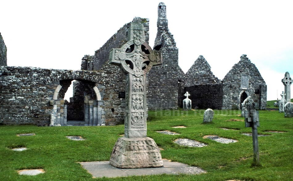 CLONMACNOISE - SHANNON-COUNTY OFFALY - IRELAND - KLOSTERRUINE MIT CROSS OF THE SCRIPTURES
