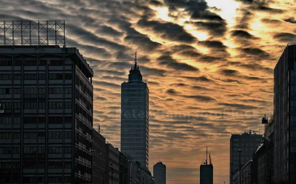 CLOUDS OVER DOWNTOWN - MAILAND-MILANO - ITALIEN-ITALY
